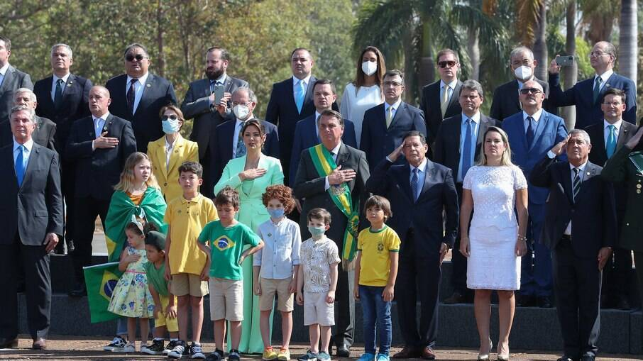 Mourão ao lado de Bolsonaro durante a cerimônia do hasteamento da Bandeia