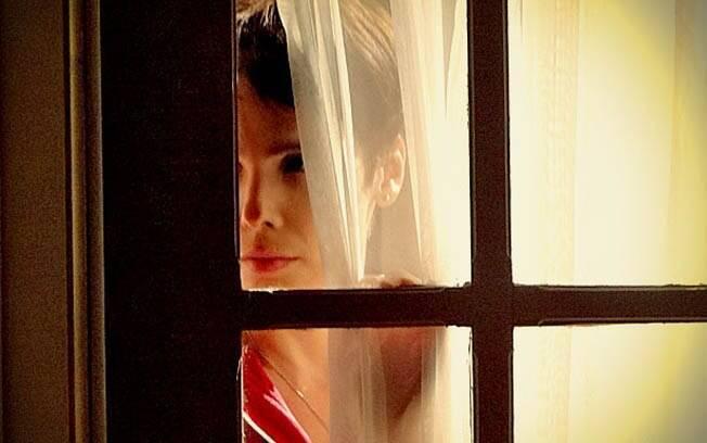 Chocada, Nina ouve tudo atrás da porta