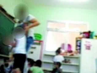 Professora foi flagrada levantando menino bruscamente e gritando com ele