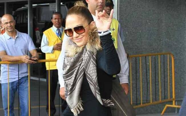 Jennifer Lopez desembarcou no aeroporto Galeão, no Rio de Janeiro, neste domingo (19)