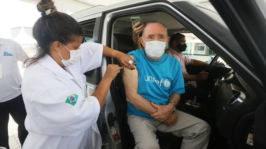 Renato Aragão sendo vacinado contra a Covid-19