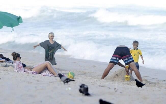 Fernanda descansa enquanto Rodrigo brinca com os filhos