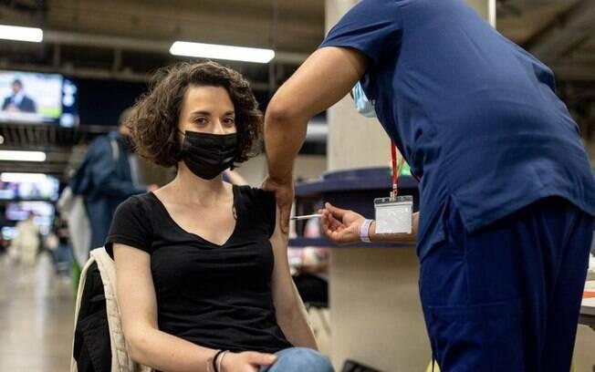 Coronavírus: como proteção de Pfizer e Astrazeneca enfraquece com o passar dos meses