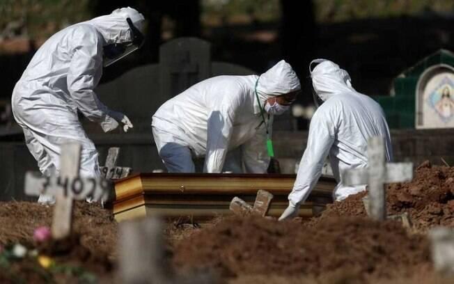Com 49.156 óbitos pelo novo coronavírus, o país pode chegar a 50 mil mortes ainda neste sábado