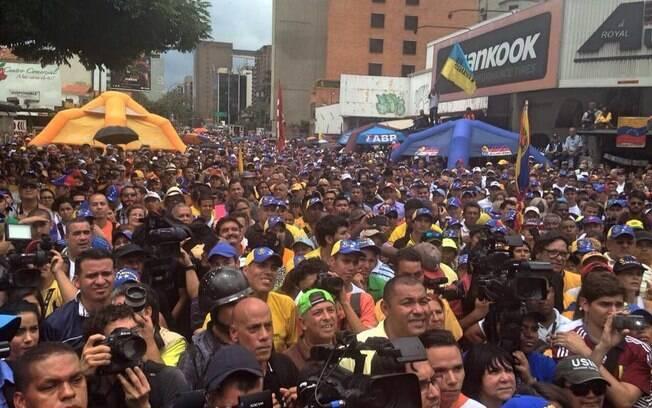 Manifestantes protestam contra órgão eleitoral e pedem rapidez em trâmites de referendo