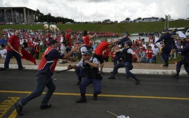 Policiais usam gás de pimenta contra manifestantes na cidade de Brasília: tensão na capital federal
