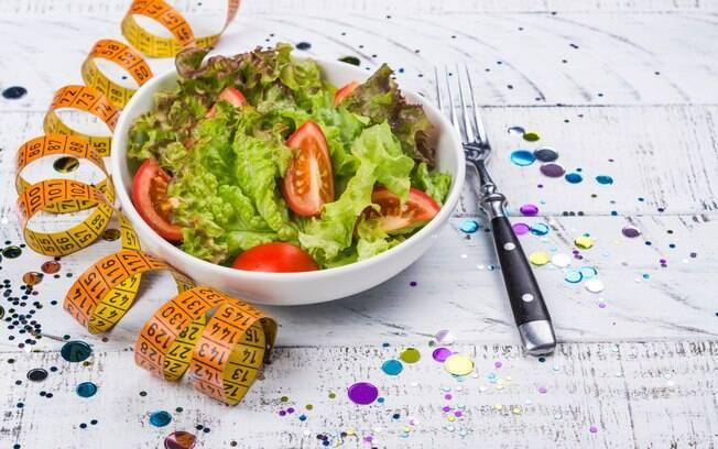 Passar longos períodos sem comer para perder peso até o carnaval é uma alternativa saudável de ser seguida? Confira