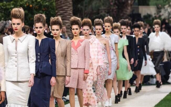 O trabalho de Karl Lagerfeld revolucionou a marca francesa Chanel, levando modernismo às peças sem tirar a essência
