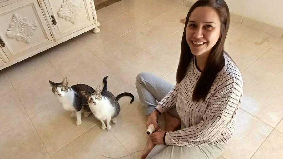Flávia e seus gatos de estimação Snow e Nala