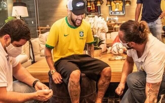 Neymar marca os pés na Calçada da Fama do Maracanã