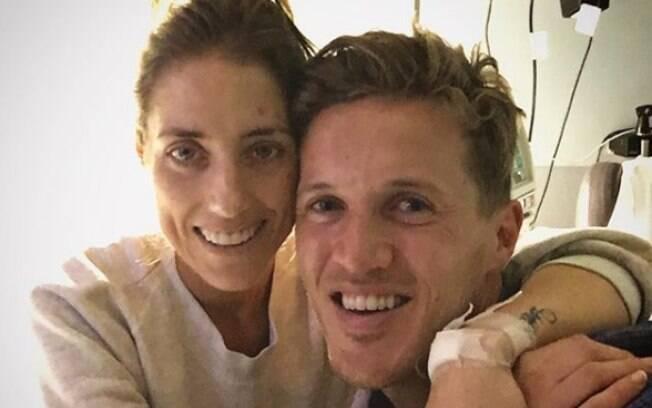 A última foto publicada por Emmy mostra Jake, que está sendo acusado de traição, cuidando dela no hospital