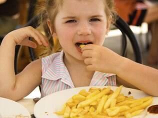 Que tal mudar o preparo da batata e assá-la? O alimento fica saboroso e muito mais saudável que a versão frita
