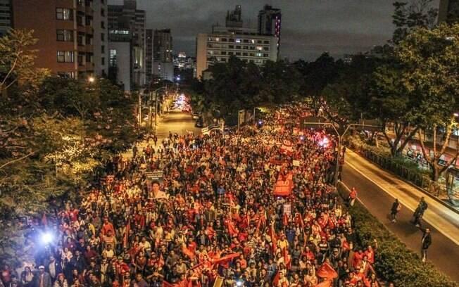 Dezenas de milhares de manifestantes caminham no mais recente ato do MTST, em 20 de agosto