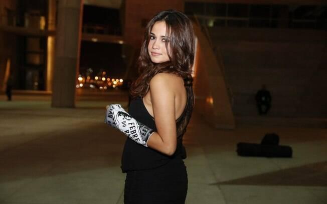 Nanda Costa exibe seu gesso personalizado na mão esquerda