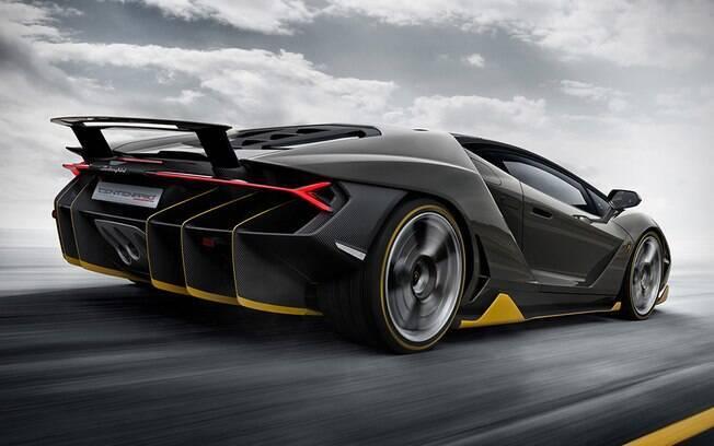 Ao contrário da asa de um avião que é desenhada para faze-lo voar, a asa traseira da Centenario é automaticamente levantada em altas velocidades para grudar o carro no chão.