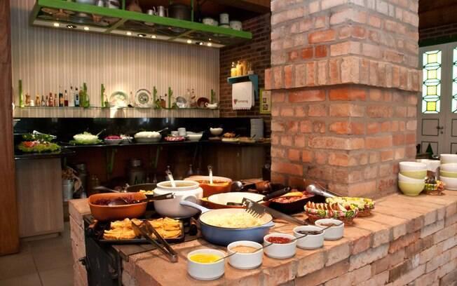 No Unser Haus, em Nova Petrópolis, os pratos são servidos em panelas esmaltadas sobre um fogão a lenha. Foto: Divulgação