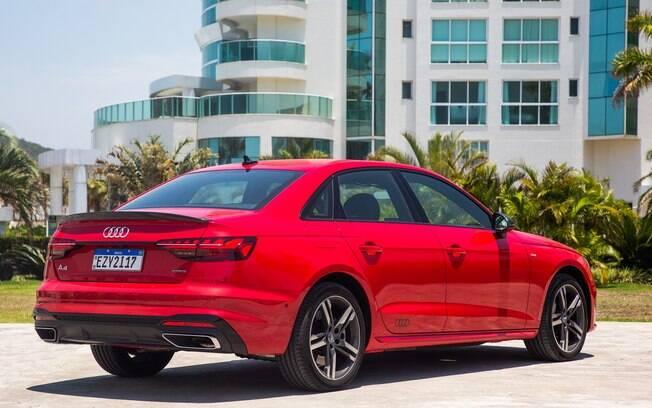 Audi A4 Sedan Performance Black tem apelo esportivo que inclui defletor de ar na tampa do porta-malas e rodas exclusivas, entre outros itens