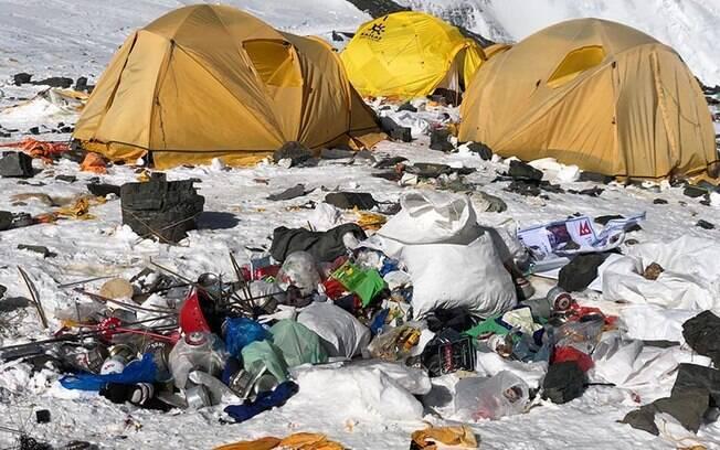 Cerca de 11 toneladas de lixo deixadas na montanha foram retiradas pelos sherpas