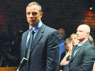 Pistorius aguarda julgamento em liberdade após pagar fiança