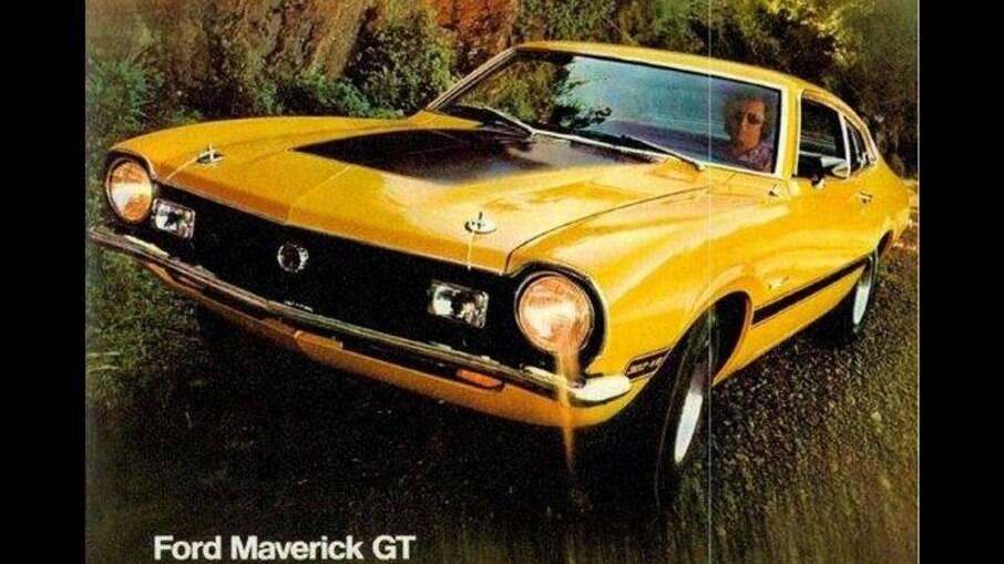 Ford Maverick V8 contava com presilhas de capô do tipo competição, faróis auxiliares, conta-giros etc.