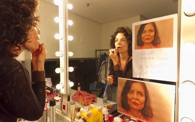 A maquiagem envelhece Alexia Dechamps antes da atriz entrar em cena com a peça
