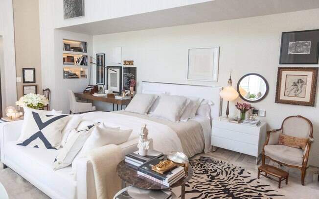 A designer de interiores Paola Ribeiro assina a Suíte do Colecionador. Com 60 m², o espaço foi divido em quarto, banheiro, sala de estar e home office