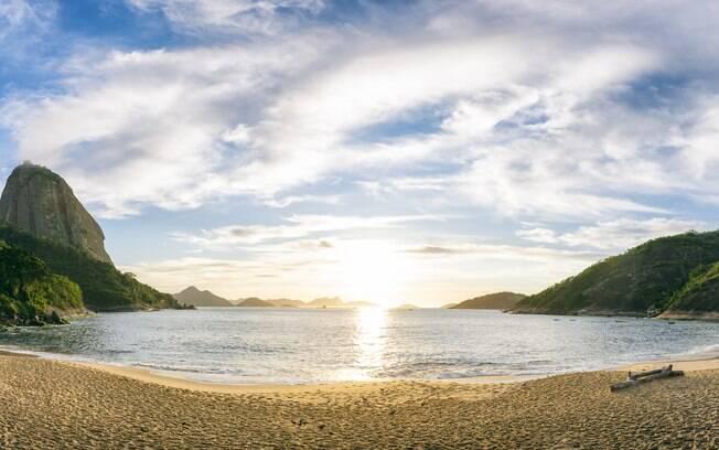 Panorâmica da Praia Vermelha iluminada sob o sol em um dia de céu azul