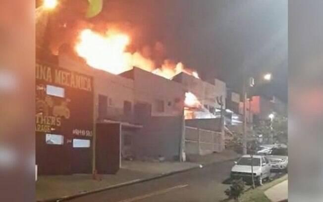 Fábrica de óleo pega fogo em Indaiatuba
