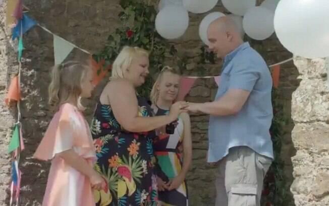 Em um festival de agricultura na Inglaterra, Laura fez o pedido de casamento especial ao lado de suas duas filhas