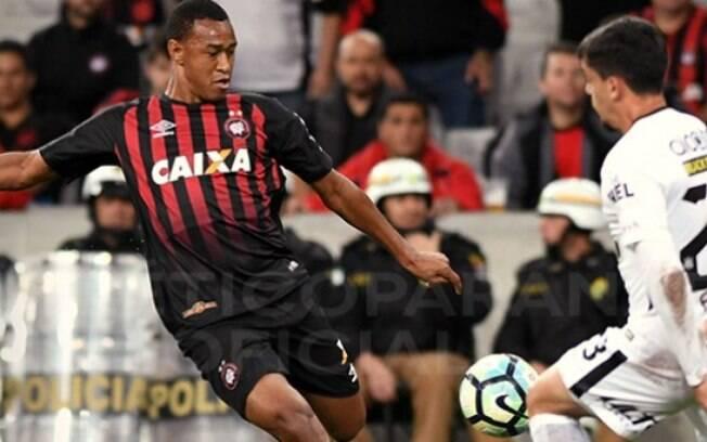 Mesmo sem jogar bem, Corinthians venceu o Atlético-PR fora de casa e chegou mais perto do título