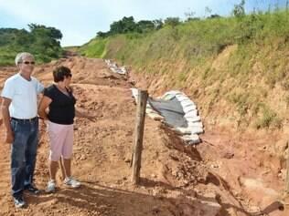 Dona Dada e Seu Bellini sofrem com os inconvenientes causados pela obra que passa em sua propriedade. Foto: Mariela Guimarães