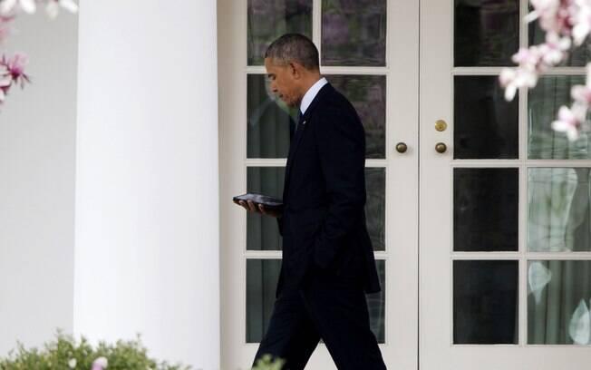 Presidente Barack Obama mexe no celular enquanto caminha rumo ao Salão Oval da Casa Branca em Washington, EUA (7/04)