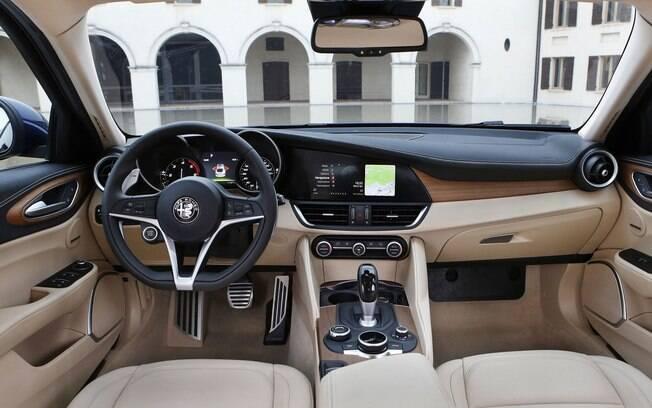 Elogiado pelas linhas e a combinação de materiais, o Alfa Romeo Giulia estreia nos EUA com um dos melhores interiores