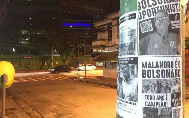 Panfletos contestaram torcida de Bolsonaro e protestaram contra presença do presidente em estádio