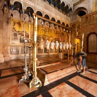 Pedra da Unção, onde os cristãos acreditam que o corpo de Jesus foi limpo das feridas e enrolado em panos após sua morte