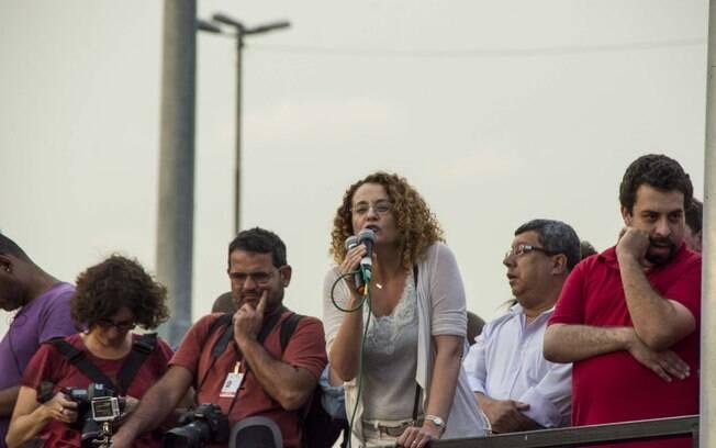 Guilherme Boulos (à direita) e Luciana Genro (PSOL) em no ato do MTST realizado em fevereiro