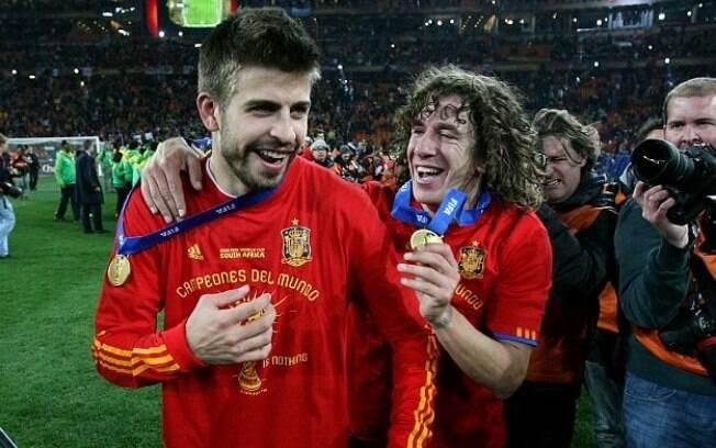 Puyol e Piqué foram campeões do mundo pela Espanha