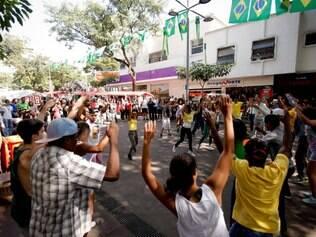 ESPORTES. BELO HORIZONTE, MG.  Caderno da Copa  Projeto Grande Danca Brasil realiza um flash mob com coreografia brasileira nas cidades-sedes da Copa do Mundo no Brasil.  FOTO: LINCON ZARBIETTI / O TEMPO / 24.06.2014