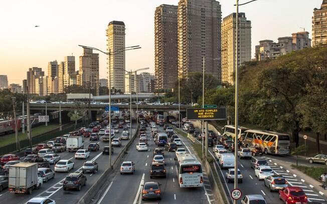 Caminhões são normalmente proibidos de circular durante a semana em pontos de São Paulo como a marginal Pinheiros