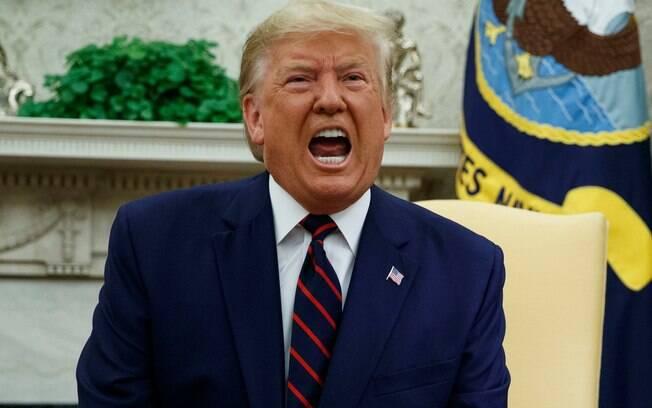 homem de terno e gravata gritando
