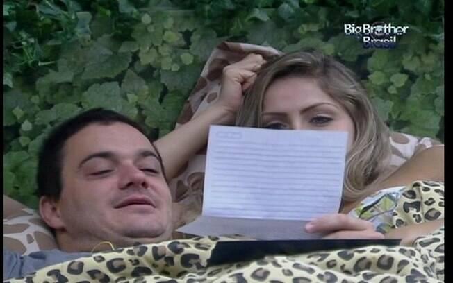 Rafa relê a carta da família ao lado de Renata