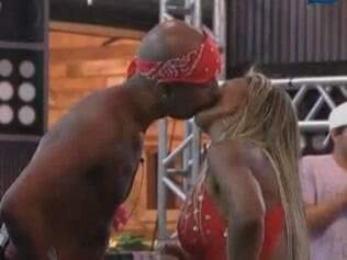 Dinei e Valesca Popozuda se beijam durante festa