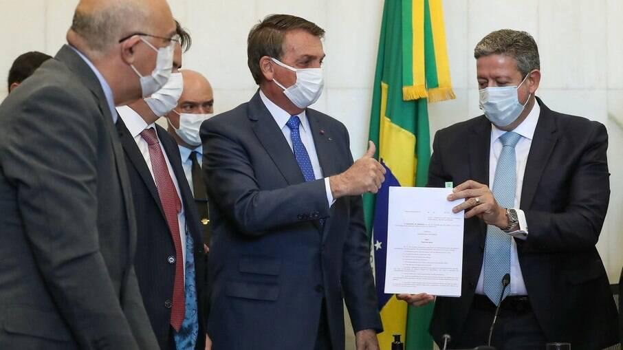 Em agosto, Bolsonaro foi pessoalmente ao Congresso entregar a MP que cria o benefício
