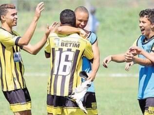 Tikim e Aurélio se abraçaram ao término da partida