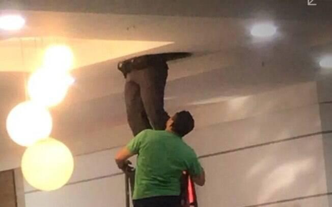 Corpo de Bombeiros tenta resgatar o bandido na tubulação há mais de 36 horas
