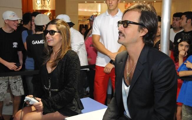 Fernanda Paes Leme e Paulinho Vilhena disputaram uma partida de videogame