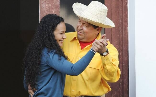 Chávez dança com sua filha na varanda do palácio presidencial em julho de 2011