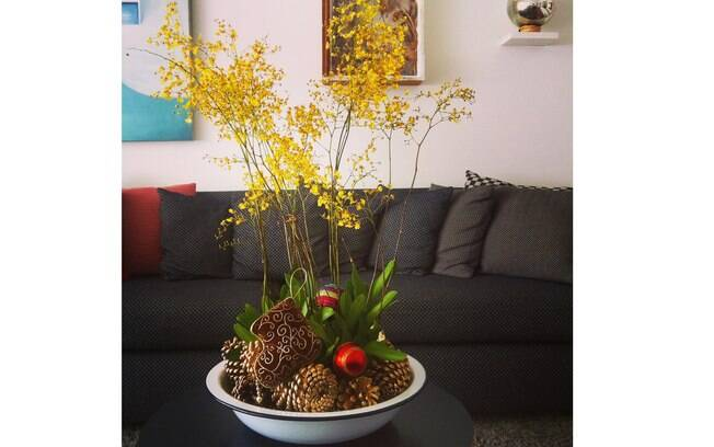 Aqui a peça branca de cozinha recebe a orquídea junto com as pinhas e demais enfeites. Depois das festas as flores seguem na casa. Pouco trabalho e um grande efeito!