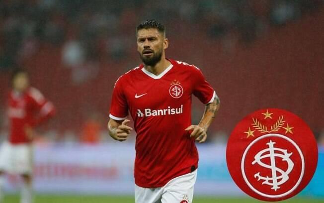 Rafael Sóbis entrou em campo com uma camiseta em que o símbolo do clube estava invertido