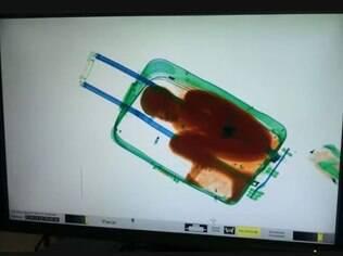 Agentes descobriram que mulher escondia garoto após ver imagem na esteira de raio-x
